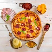 pizza exotique à l'ananas et à la pêche photo