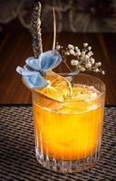 cocktail alcoolisé dans un restaurant de sushi sur un bureau sombre photo