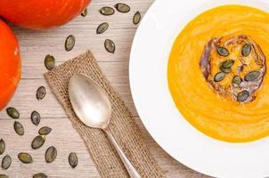 soupe à la crème de potiron avec graines et huile photo