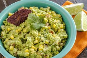 trempette de guacamole fraîche faite maison photo