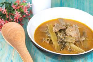 curry de coques avec gloire du matin, curry thaï traditionnel. photo
