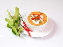 poisson cuit à la vapeur avec de la pâte de curry dans une tasse, cuisine thaïlandaise,