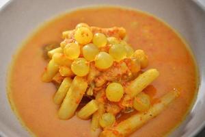 œuf épicé de poisson de mer et de curry de légumes de nombreuses épices