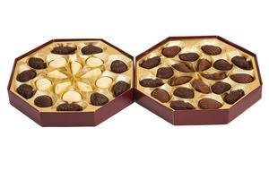 boîtes de bonbons au chocolat sur blanc photo
