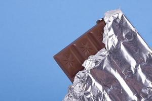 barre de chocolat au lait dans une feuille de ruban photo