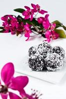 bonbons de printemps: truffes au chocolat avec copeaux de noix de coco photo