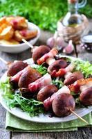 champignons au four sur une brochette de bacon photo
