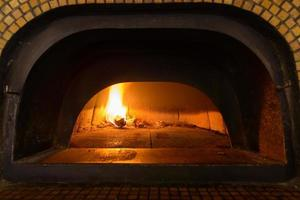 four à pizza italien traditionnel photo