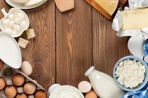 les produits laitiers. crème sure, lait, fromage, œuf, yaourt et beurre photo