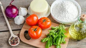 ingrédients pour pizza sur le fond en bois photo