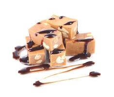 beaucoup de caramel au chocolat isolé sur blanc photo