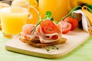 délicieux pain grillé et jus d'orange photo