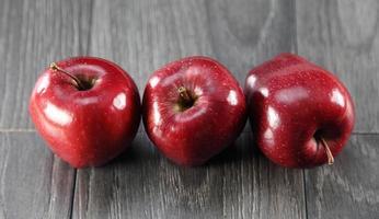 pommes rouges croustillantes photo