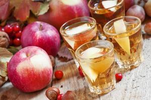 jus de pomme avec des tranches de pommes fraîches photo