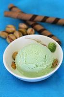glace à la pistache et gaufrettes au chocolat photo