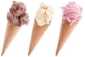 crème glacée dans une gaufre sur blanc