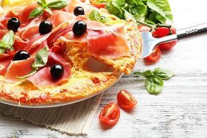 délicieuse pizza servie sur table en bois photo