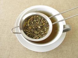 tisane dans une passoire à thé