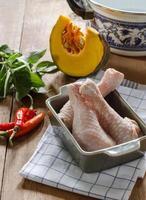 ingrédient des aliments crus pour la recette thaïlandaise. photo