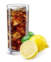 verre de cola au citron isolé sur blanc.