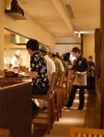 chef, clients et serveuse photo