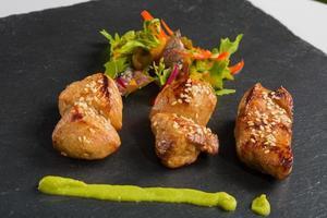 poulet grillé et gros plan de salade.