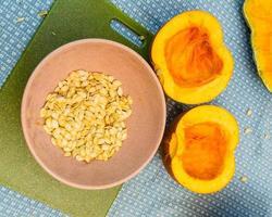 citrouilles coupées en deux pour extraire les graines photo