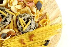 différents types de pâtes (spaghetti, fusilli, penne, linguine) photo