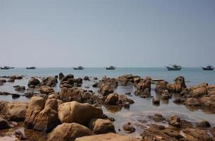 plage sauvage avec des rochers à co thach, binh thuan, vietnam photo