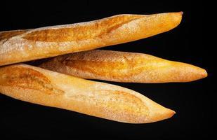 baguette. pain frais isolé photo