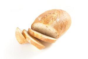 Miche de pain frais hors du four isolé sur blanc