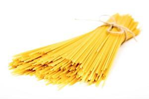 tas de spaghetti sur fond blanc photo