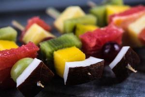 fruits exotiques mélangés sur des brochettes photo