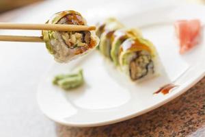 Sushi d'avocat à l'anguille