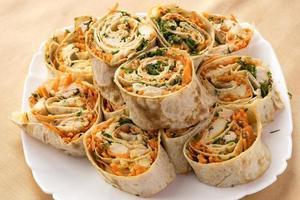petits pains aux carottes, poulet et légumes verts photo
