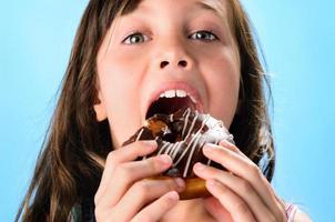 mignon, enfant, manger, beignet