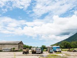 camions, stationnement, bleu, ciel, nuages
