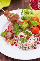 kebab et riz sauvage aux légumes frais et graines de grenade photo