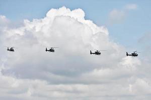 des hélicoptères