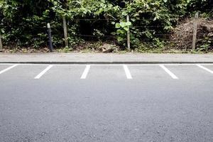 ligne de stationnement de moto. dans le parc. photo
