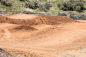Des monticules de roulement d'un cours de motocross de vélo de saleté photo