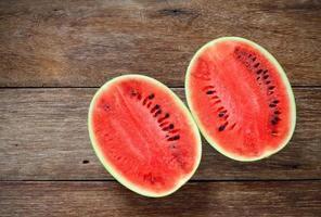 Melons d'eau douce sur fond de bois