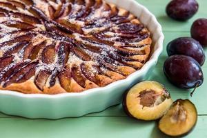 tarte aux prunes maison dans un plat en céramique. vue directe