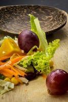 salade de maïs sur une cuillère de table noire sur le sol.