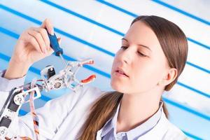 cientist ajuste le bras du robot photo