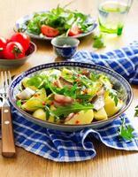 salade de pommes de terre, anchois et roquette.