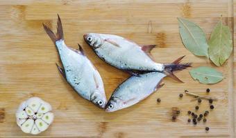 poisson d'eau douce - jeune dorade à l'ail et aux épices