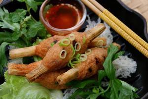 chao tom, gâteau de crevettes vietnamien sur une brochette de canne à sucre photo