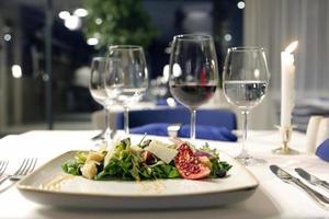 laitue d'agneau roquette granna paddano et vinaigrette au poivre photo