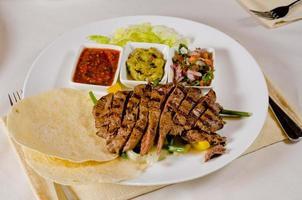 fajitas de steak sur la plaque photo